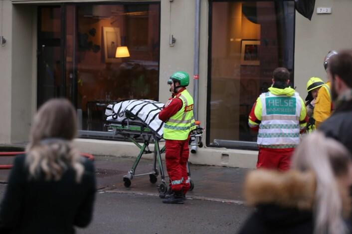Helsepersonell venter utenfor bygården hvor det brenner. Foto: Ørn Borgen / NTB scanpix