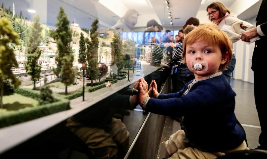 Toginteresserte Jeppe Steigner (2) tok seg god tid da Teknisk museum åpnet en stor og innholdsrik modelljernbane. Foto: Lise Åserud / NTB scanpix