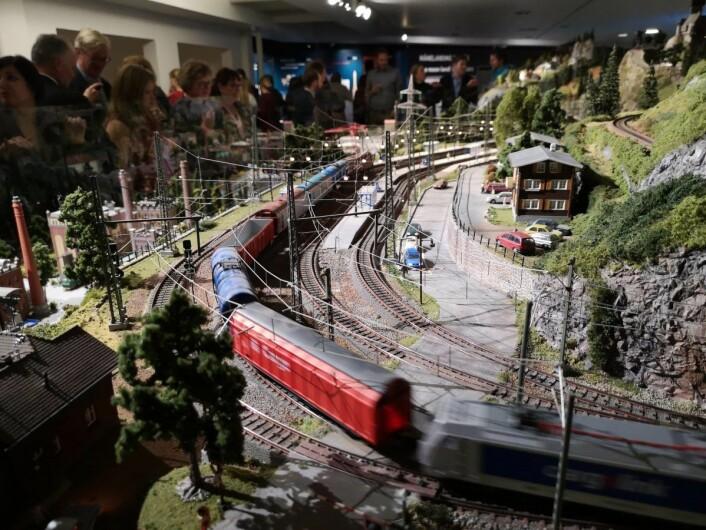 Det er Horten modelljernbaneklubb som har bygget anlegget som blir stående permanent i Teknisk museum. Foto: Teknisk museum