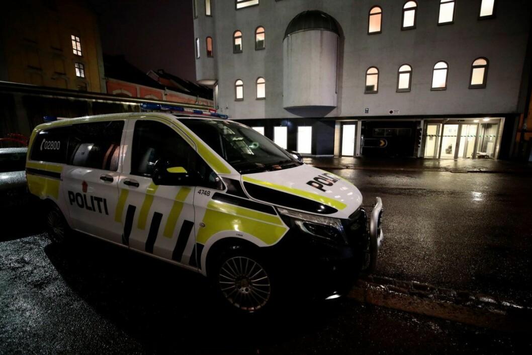Politiet på plass ved moskéen i Åkerbergveien. — Da vi kom til stedet, viste det seg at den ene parten hadde fått bitt av en finger, sier operasjonsleder Christian Krohn Engeseth i Oslo politidistrikt. Foto: Lise Åserud / NTB scanpix