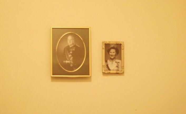 På badet hang en uformell hyllest til kongen og dronningen. Foto: Kamilla Kvamme