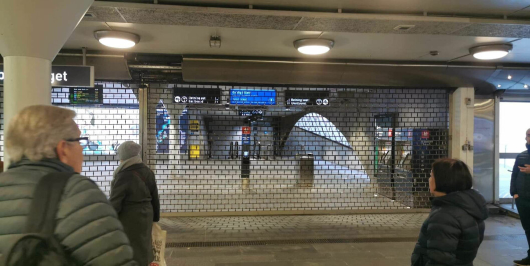 Alle mennesker ble skyflet ut fra T-banen på Jernbanetorget, uten noe varsel. Foto: Christian Boger