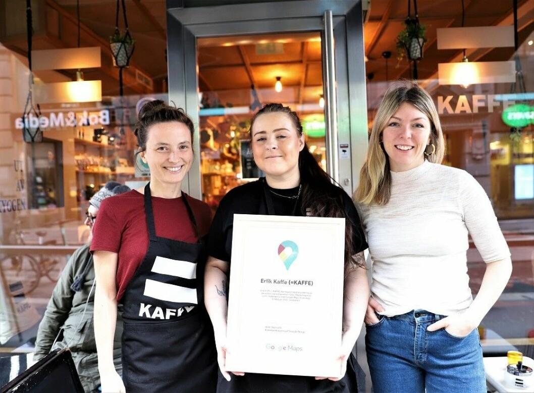 En fornøyd trio utenfor Erlik Kaffe. F.v. Katrin Larsen, Liza Waade og Helle Skjervold. Foto: André Kjernsli