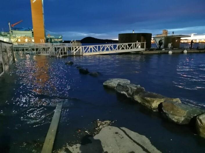 Broen fra Sørenga over mot Sukkerbiten ble stengt på grunn av den høye vannstanden. Vannet etter at bildet er tatt og hadde en forventet topp ved 19-tiden mandag. Foto: Christian Boger