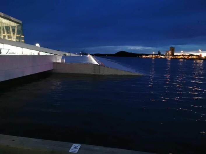 Vannet fortsatte å stige mot klokken 19 mandag kveld. Men det var aldri fare for at Oslo ville få en undervanns-opera. Foto: Christian Boger