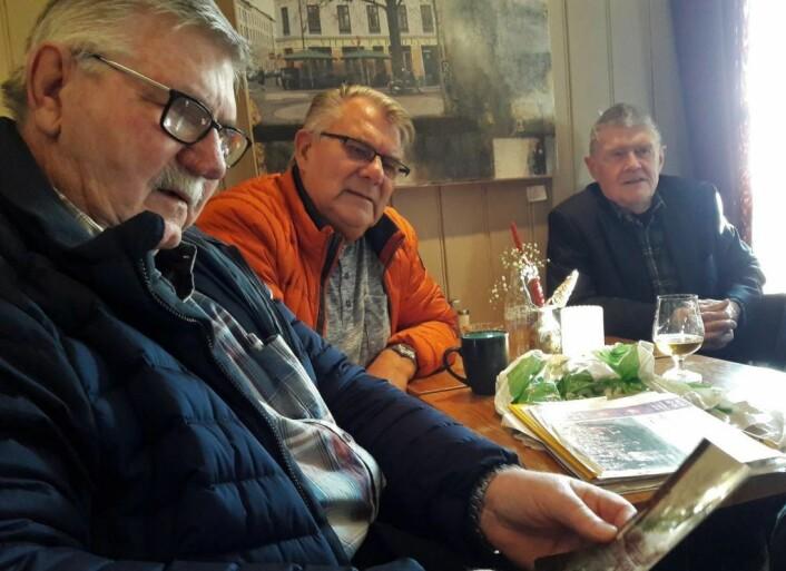 Gutta fra C-klassen er levende historiebøker om Sagene, og gode historiefortellere. Fra venstre: Terje Johansen, Torgeir Lindblad og Jan Abrahamsen. Foto: Anders Høilund