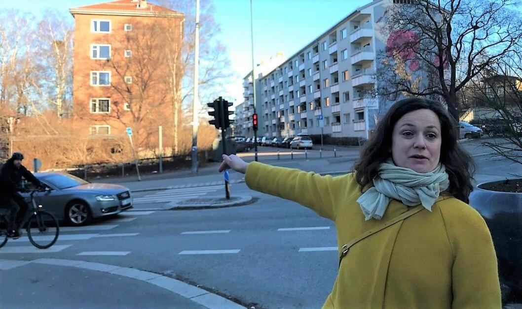 FAU-leder ved Tøyen skole, Veslemoy Blokhus Langvik, er lei av å vente. Nå vil hun ha bygd fartsdump ved fotgjengerovergangen. Foto: Sara Louise Svendsen