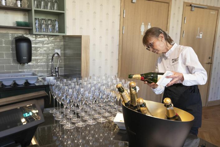Champagnen fløt da konditoriet endelig åpnet igjen. Foto: Olav Helland