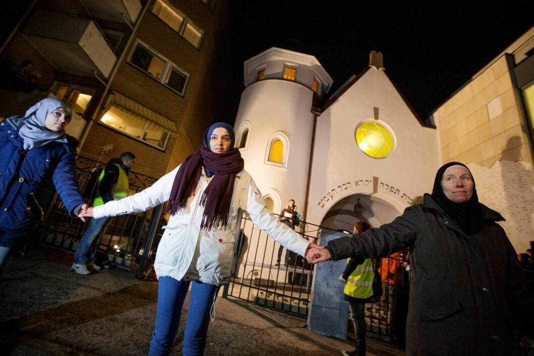 Muslimer slår ring rundt synagogen til Det Mosaiske Trossamfund i Bergstien i 2015, i en markering som kalles Fredens ring. Foto: Håkon Mosvold Larsen / NTB scanpix