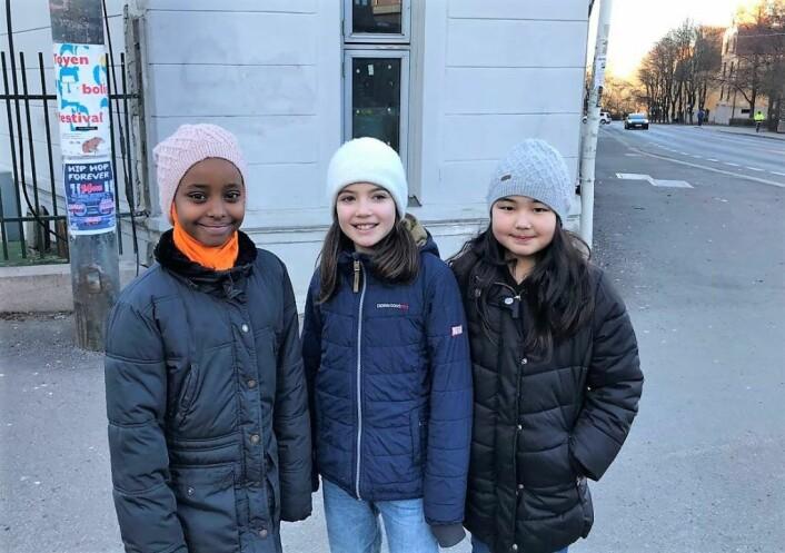 Mona, Agnes og Kamilla er femteklassinger på Tøyen skole. Å krysse trafikkerte veier på skoleveien er hverdagen for elevene på Tøyen. Foto: Sara Louise Svendsen