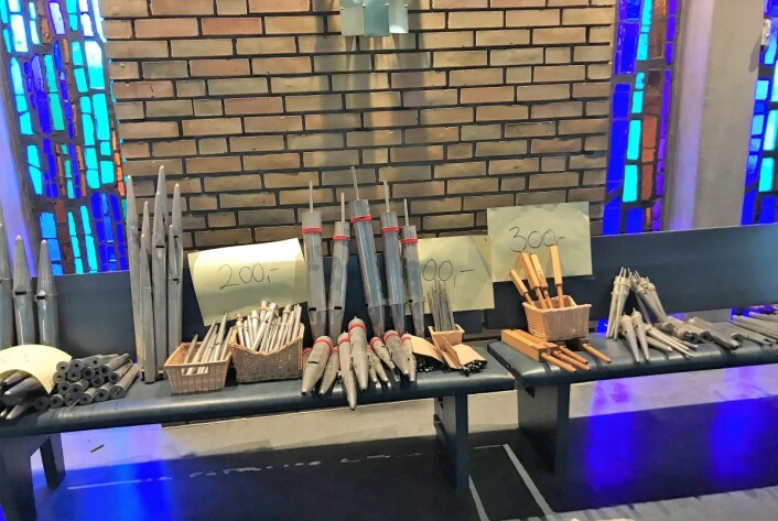 De gamle orgelpipene ligger på rekke og rad inne i Hasle kirke. Foto: Sara Louise Svendsen