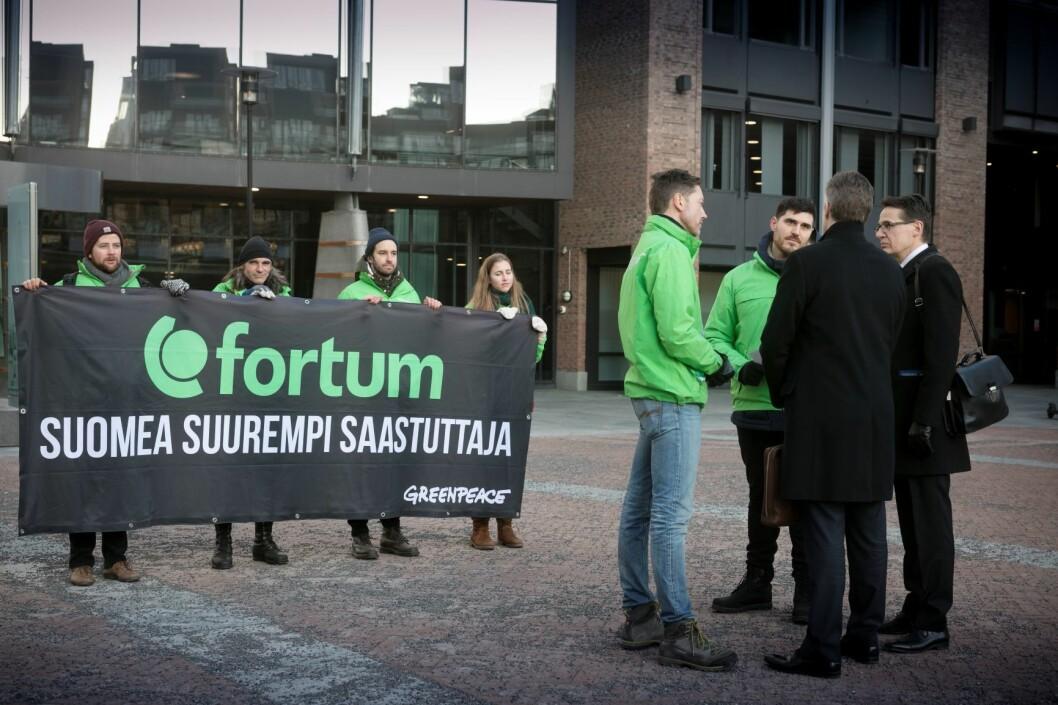 Fortum er på vei inn til et møte med investeringsselskapet SEB, som vil finansiere oppkjøpet av Uniper. Foto: Johanna Hanno / Greenpeace