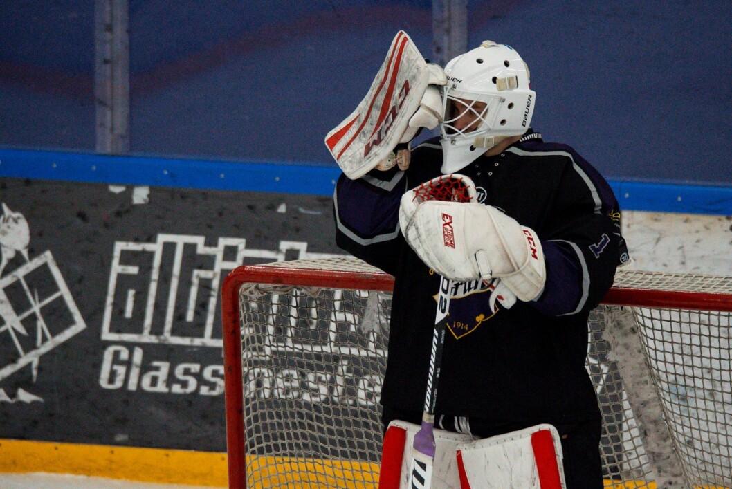 Grüners Misa Pietilä ble pepret med skudd i eliteseriekampen i ishockey mot Grüner. Kampen endte til slutt 6-1. Foto: Annika Byrde / NTB scanpix
