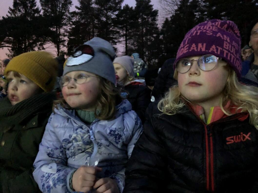 Fra venstre: Alma Bech-Wisting (6), Lilly Bech-Wisting (8) og Liv Kristine Kverndalen Bech (5) ser på Ekspedisjon Knerten. Foto: Ida Theresa Myklebost