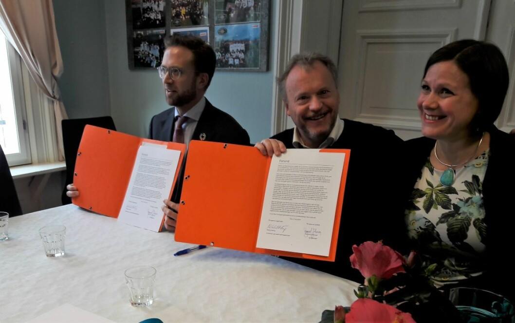 Modernisering- og kommunalminister Nikolay Astrup, byrådsleder Raymond Johansen og byråd Hanna Marcussen med avtalen ferdig signert. Foto: Anders Høilund