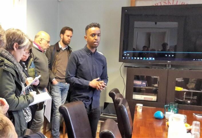 Ahmed Hassan forteller om Ideell Sikkerhet for presse og politikere. Lokale sosiale entreprenører er viktige medarbeidere for å løfte områdene Tøyen og Grønland. Foto: Anders Høilund