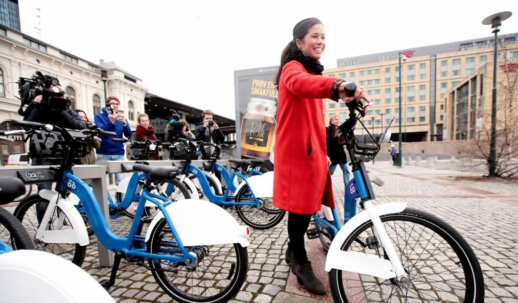Her løser byråd for miljø og samferdsel, Lan Marie Nguyen Berg (MDG), ut den første bysykkelen i 2016 ved Østbanehallen. Foto: Lise Åserud / NTB scanpix