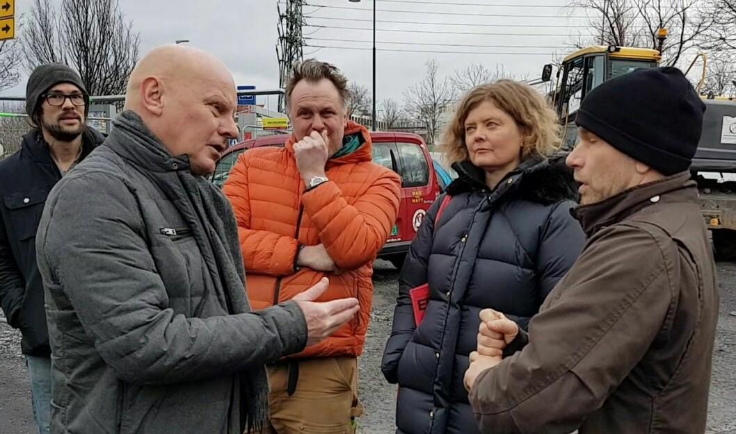 Prosjektsjef i OBOS Eiendom, Tore Humberset (til v.), møtte sinte Vålerenga-naboer, som stanset firma i å begynne demontering av Sotakiosken. Foto: La Sotakiosken leve