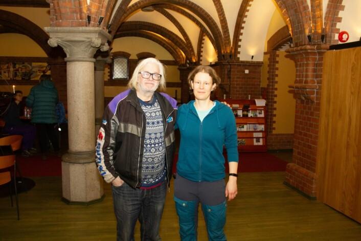 Dave fra England (til v.) og Adrienn, fra Ungarn, som er vert i kirken denne natta. Foto: Hans Magnus Borge
