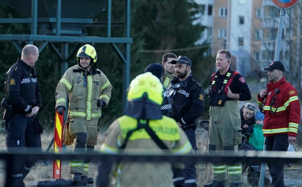Redningsetatene rykket ved 16-tiden mandag ut til en stor vannlekkasje i Plogveien på Manglerud. Foto: Fredrik Hagen / NTB scanpix
