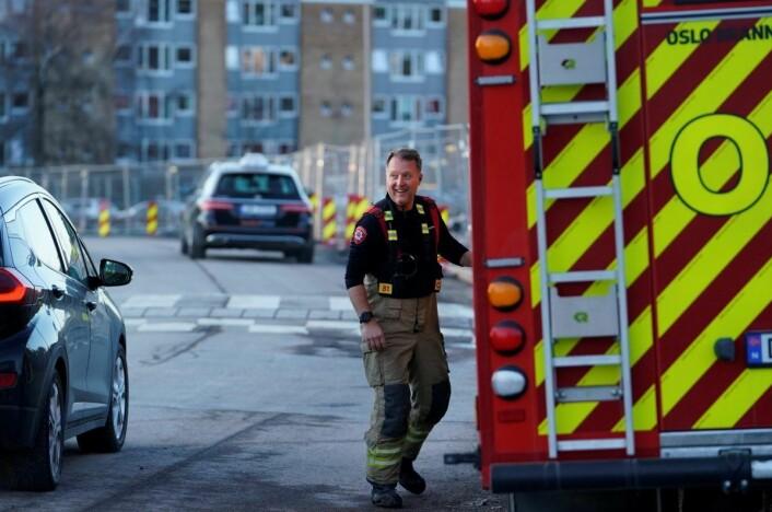 Redningsetatene var på plass rett etter klokken 16, og vannet er ledet vekk fra bygninger og ned i en grop, opplyser politiet.<br />Foto: Fredrik Hagen / NTB scanpix