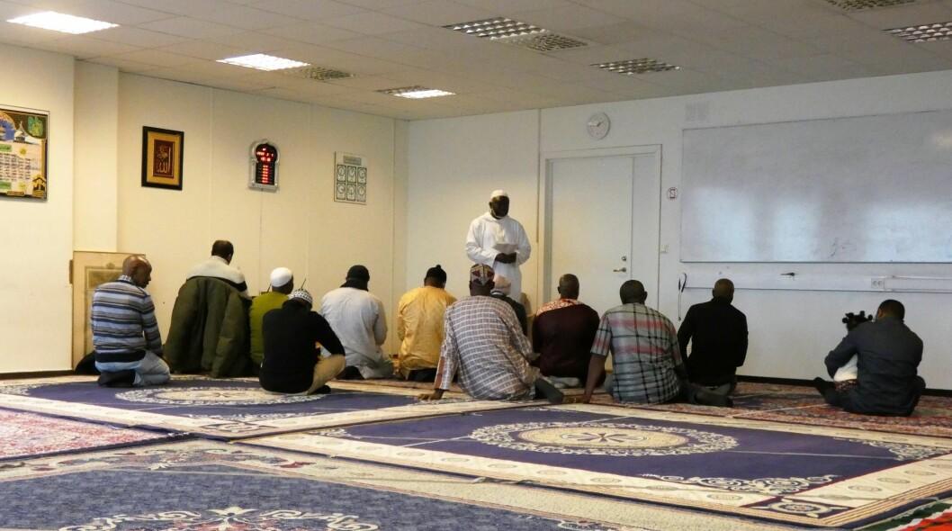 Imam Saidy taler til sin forsamling i Den gambiske moskeen. Foto: Márcia Vagos