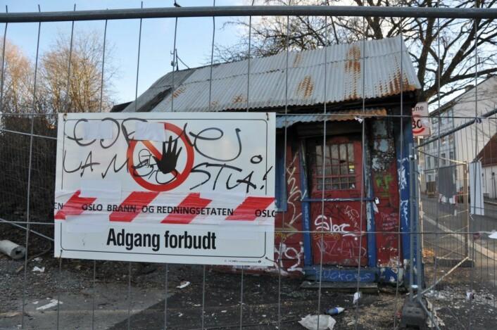 Etter å ha blitt påtent flere ganger er det satt opp sikkerhetsgjerde rundt Sotakiosken i Etterstadgata øverst på Vålerenga. Foto: Arnsten Linstad