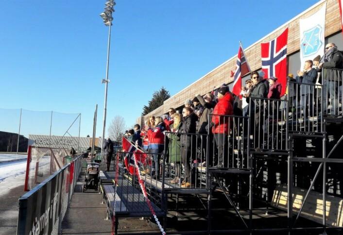 Onsdag morgen er ikke mye publikumsvennlig, men folk kom, og koste seg på tribunen i sola. Foto: Anders Høilund
