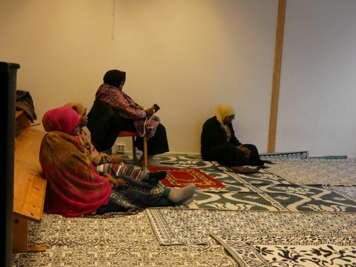 "Kvinnene sitter i ""Main prayer hall, Women"". Foto: Márcia Vagos"