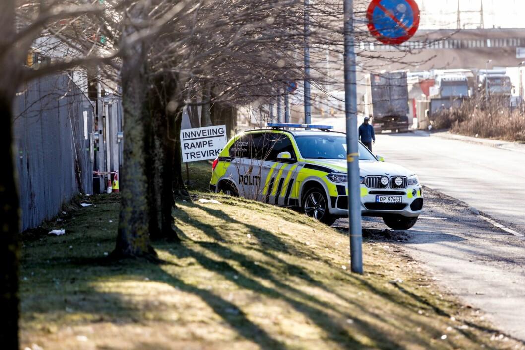 Politiet utenfor Norsk Gjenvinning på Haraldrud i Oslo der de undersøker innholdet i en konteiner. Foto: Terje Bendiksby / NTB scanpix
