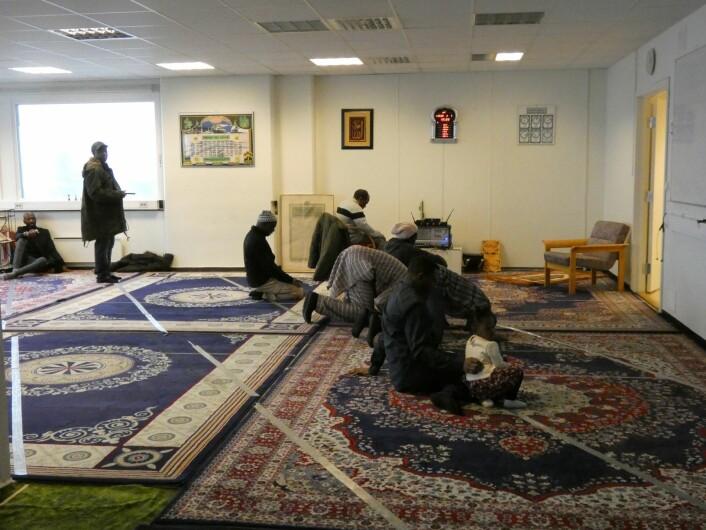 Muslimer skal be 5 ganger om dagen innenfor gitte tidsfrister. Om vinteren i Norge er det kort tid mellom de ulike bønnene. Foto: Márcia Vagos