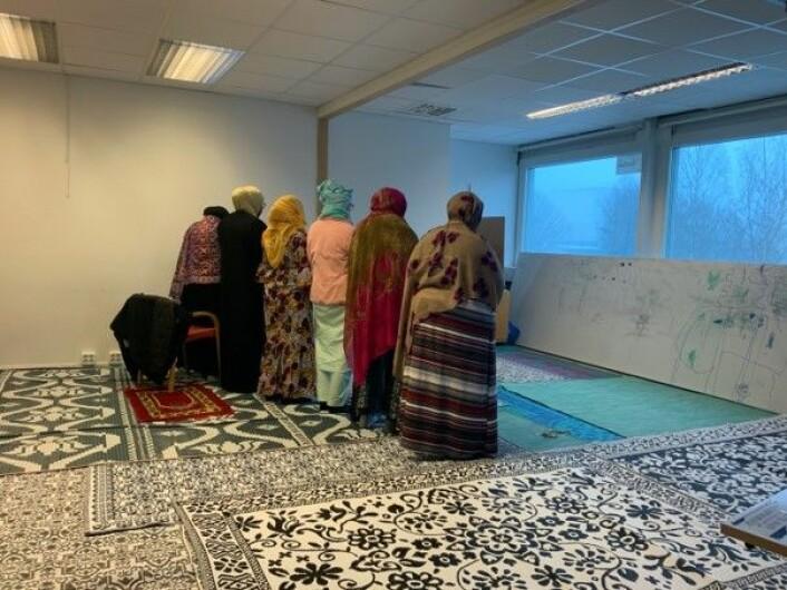 Bønn i kvinnerommet. Jeg våga meg ikke inn i rekka av bedende denne gangen. Foto: Kjersti Opstad