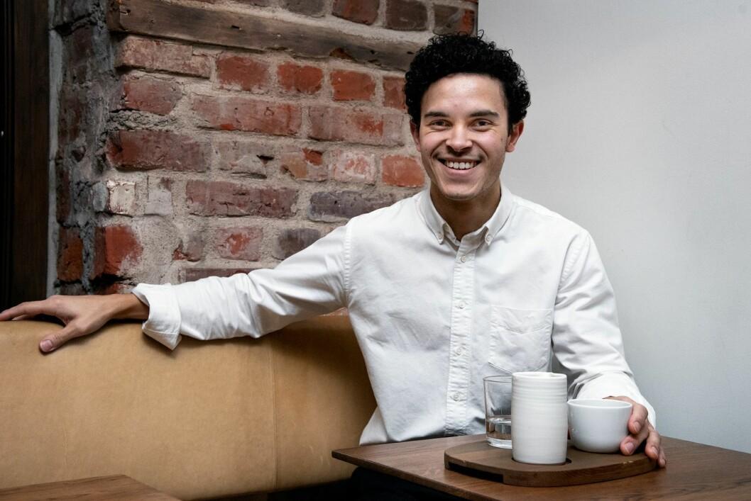 Barista Julian Cummings forteller om kaffebaren Tim Wendelboes opptatthet av detaljer og teknikk når de brenner kaffen. Foto: Bjørnar Morønning