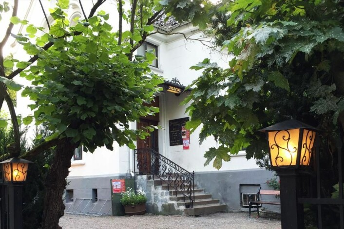 Den staselige hvite murvillaen til Josefines vertshus, i Josefines gate, er vernet og ligger i et område med rare, gamle, fine hus. Foto: Visit Oslo/Christian Rafn