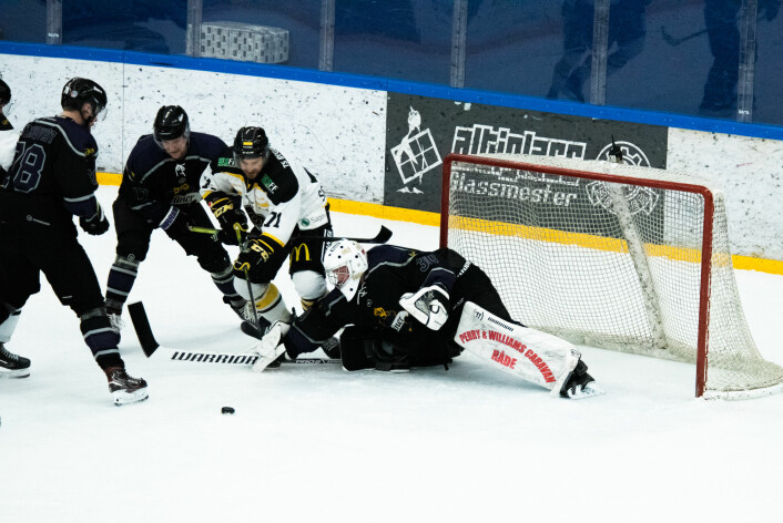 Banens beste Mikkel Wiik #30 med en av mange avgjørende redninger for seieren. Foto: Bjørnar Morønning