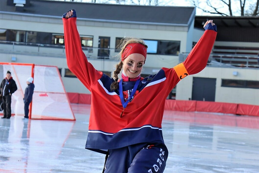 En stolt og glad kaptein Lene Skrettingland med bronsemedaljen rundt halsen. Lene fikk sitt første møte med bandy på Skeidbanen. Nå håper hun at VM kan gi sporten en boost, slik at flere jenter kan få muligheten til å spille. Foto: Fabian Eggum