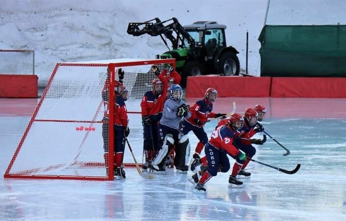 Norge leverte i følge trener Arild Aamot en nær perfekt kamp da de slo Finland 6-1. Seks av jentene spiller i den svenske eliteserien, mens resten har forberedt seg til VM på norske baner. Nå må flere jenter få muligheten til å knyte på seg bandyskøyter. Foto: Fabian Eggum