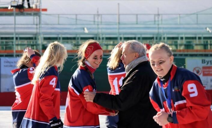 En takknemlig og stolt bandypresident Erik Hansen gratulerer Norges bandyjenter etter seieren i bronsefinalen. Foto: Fabian Eggum