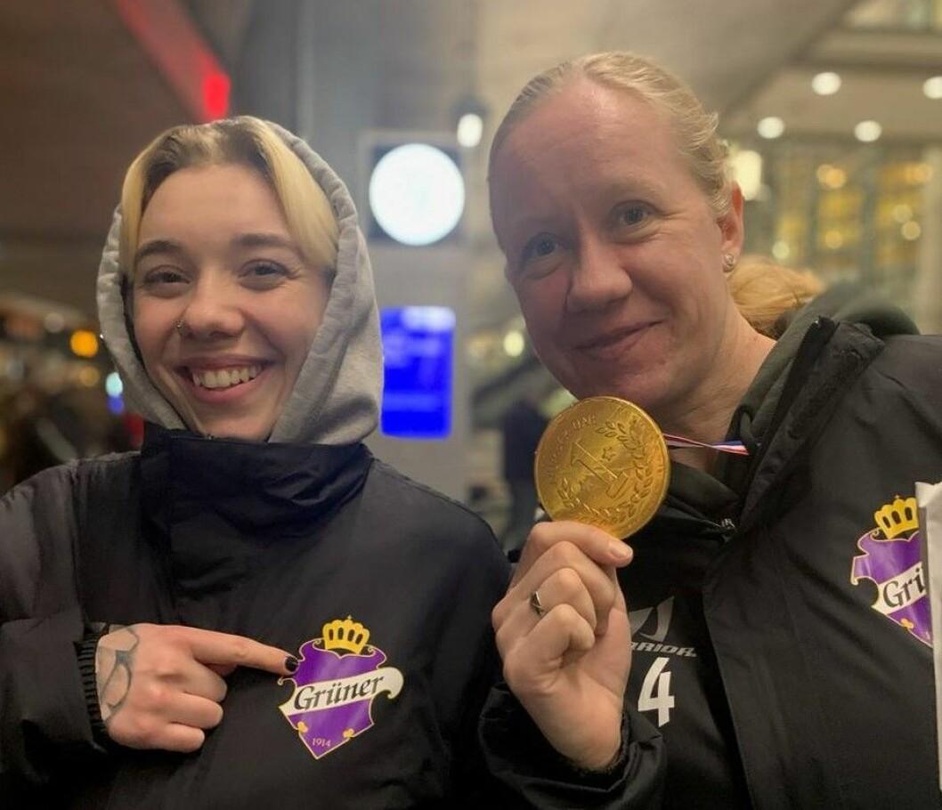 Linn Aakre og Kristin Antonsen er fornøyd med å ha blitt seriemestere i kvinner 1.divisjon i helgen. Foto: Grüner hockey
