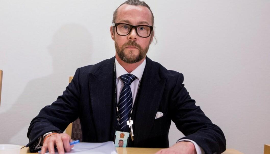 Politiadvokat Andreas Meeg-Bentzen sier at det overfor kjøperne av bildene er skapt en illusjon av at de kjøper en ekte, anerkjent kunstner med en lang CV.