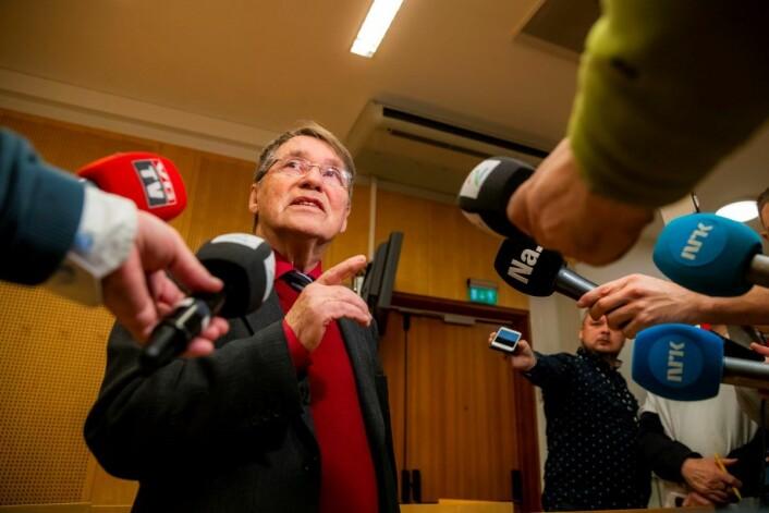 Tidligere biskop Gunnar Stålsett møtte media etter domsavsigelsen i Oslo tingrett. Stålsett møtte i retten for å ha brukt den ureturnerbare asylsøkeren Lulu Tekle til å arbeide for seg. Foto: Håkon Mosvold Larsen / NTB scanpix