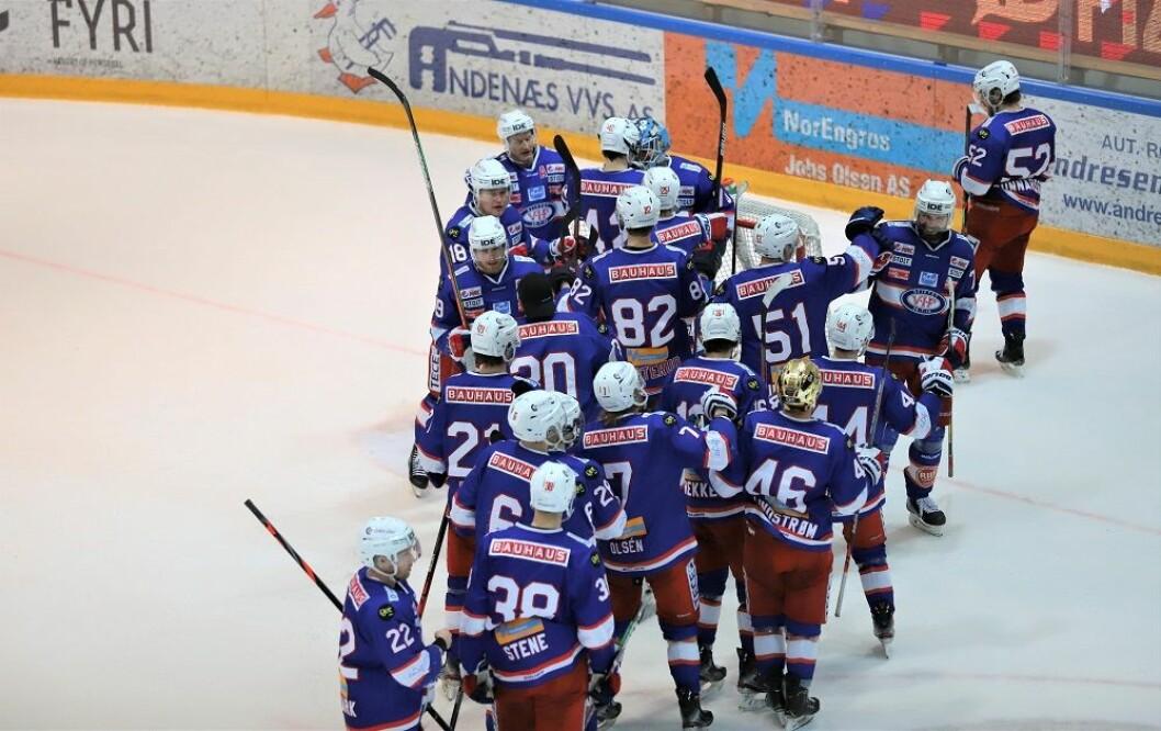 Gutta sto i kø for å takke Søberg for en fabelaktig innsats mot slutten av kampen. Foto: André Kjernsli