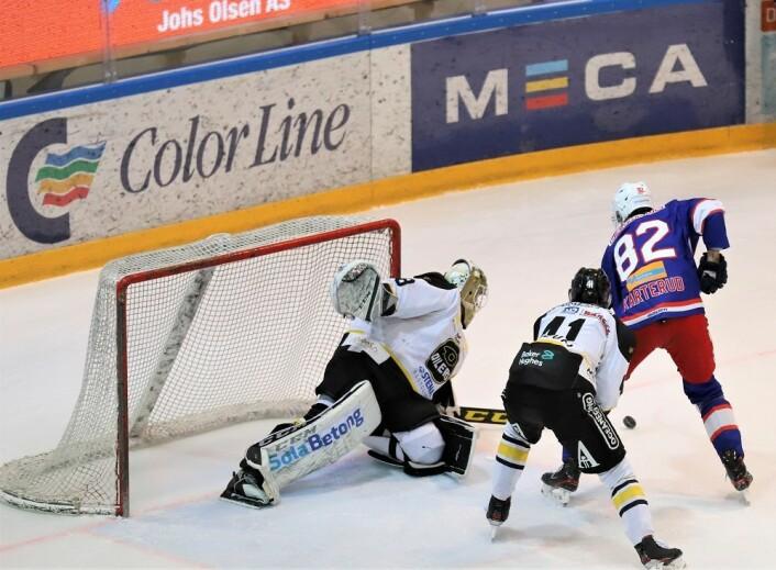 Jørgen Karterud på besøk i Oilers sin sone i første periode. Foto: André Kjernsli