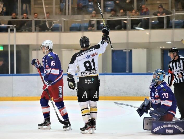 Tommy Kristiansen feiret scoringen med å juble til Klanen, men til ble det VIF som kunne juble. Foto: André Kjernsli