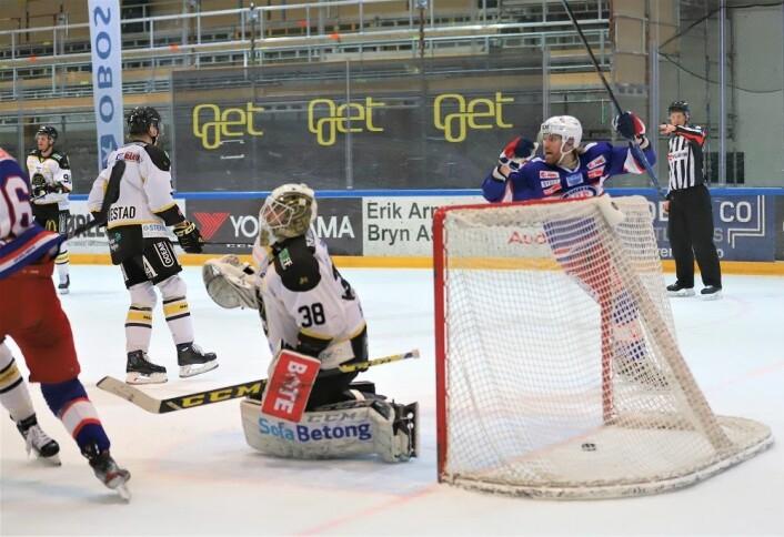 Henrik Olsén jubler over utligningen sent i andre periode. Foto: André Kjernsli