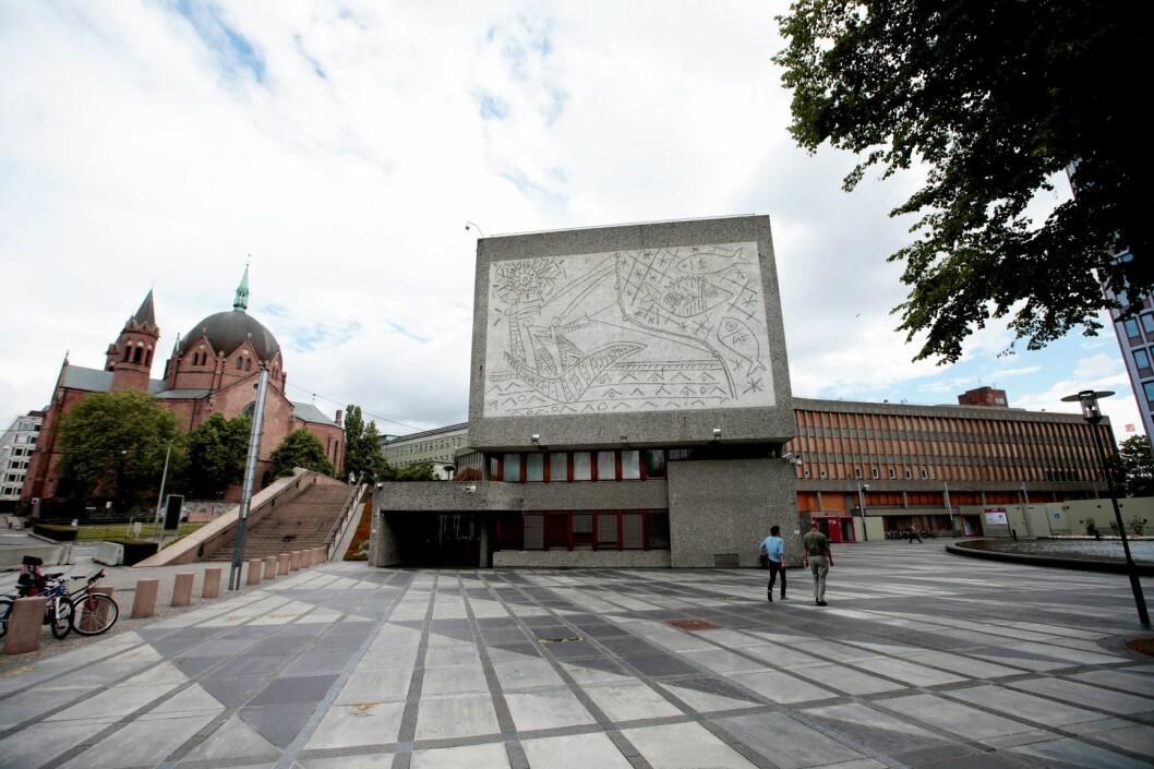 Y-blokka har adresse Akersgata 44 og ligger delvis over Arne Garborgs plass. Bygningen har navn etter Y-formen sett fra luften, som den fikk for å skape to atskilte plasser foran Trefoldighetskirken (t.v.) og Deichmanske bibliotek (i midten bak). Foto: Lise Åserud / NTB scanpix