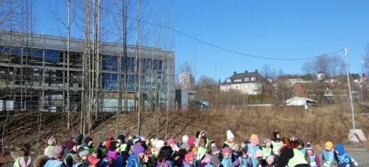 Fernanda Nissens barnekor sang og danset for en stor park i Nydalen