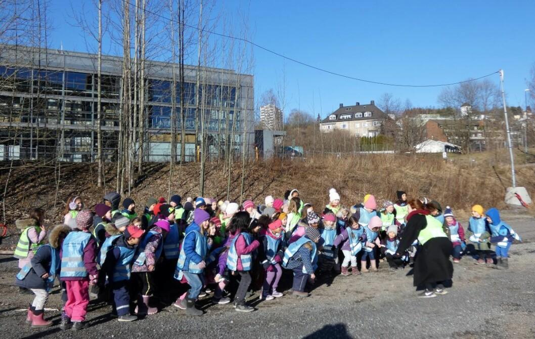 Fernanda Nissen skole barnekor har lagt korøvelsen utendørs i sola. En stor park i Nydalen vil kunne brukes daglig av skolens elever. Foto: Márcia Vagos
