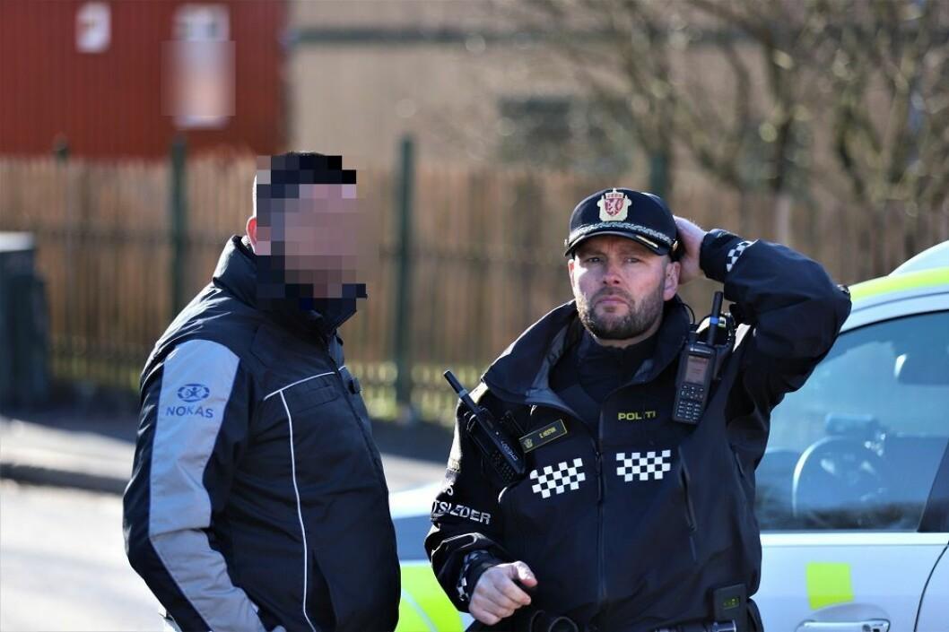 Til venstre i bildet står Nokas-vekteren som er politianmeldt for vold mot Jens Jensen. Vekteren er midlertidig suspendert fra tjeneste. Foto. André Kjernsli