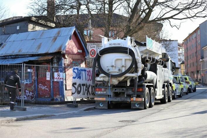 Lastebilene med spesialutstyr som skulle brukes i arbeidet med å demontere Sotakiosken. Men arbeidet ble stanset da det ble voldelige sammenstøt mandag. Foto: André Kjernsli